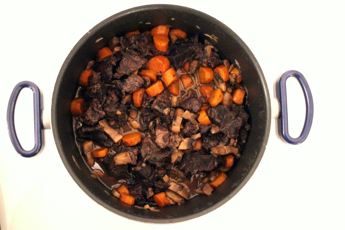 Bourguignon de joues de boeuf riche en carottes et champignons