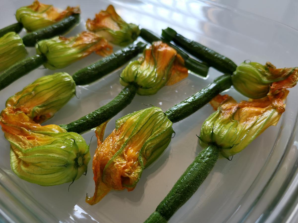 Fleurs de courgettes à la feta au four